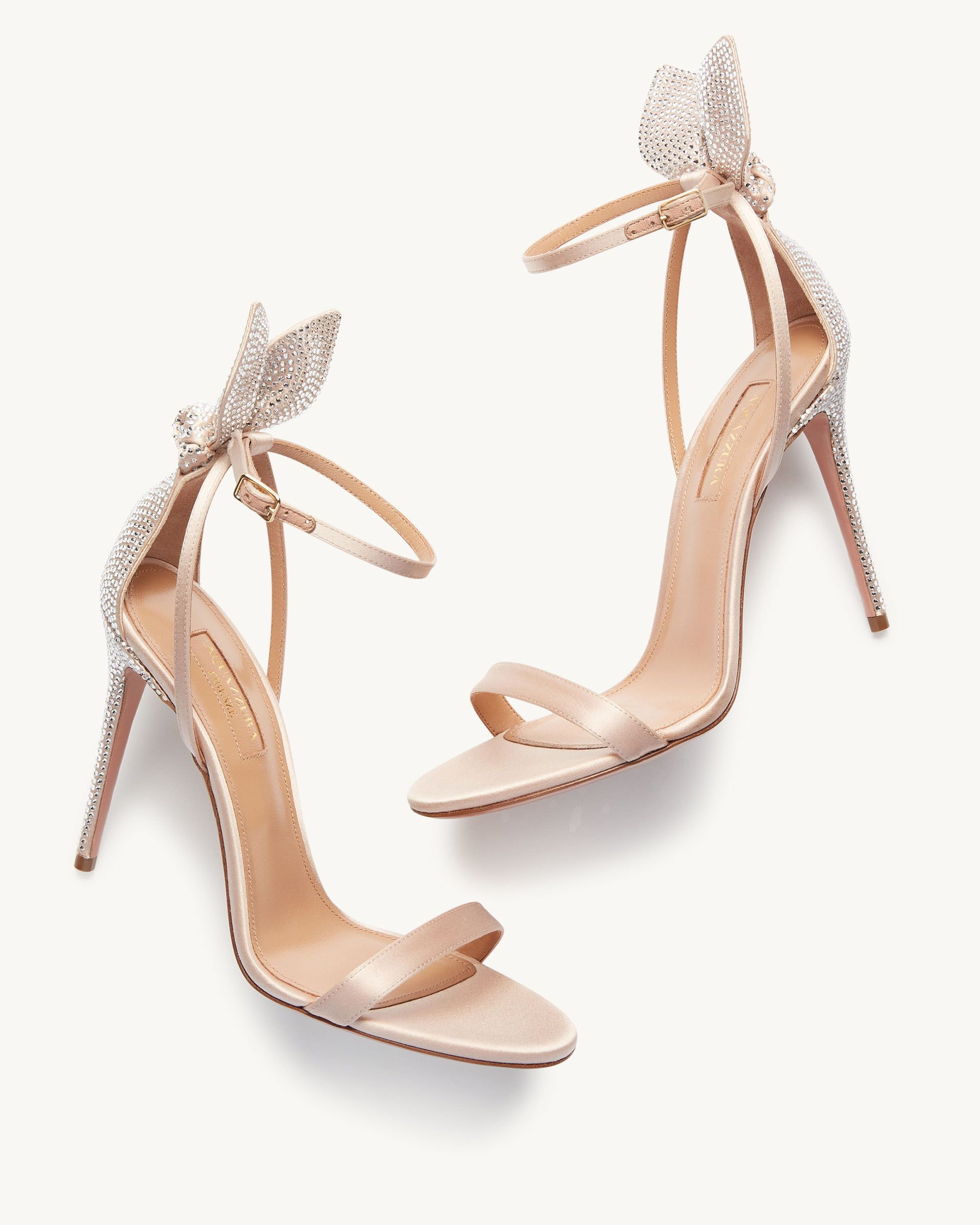I sandali Bow Tie 105 sono realizzati in raso in una raffinata tonalità di colore rosa. Il modello, dalla fattura Made in Italy, è contraddistinto dal listino in punta, cinturino alla caviglia e tacco stiletto.