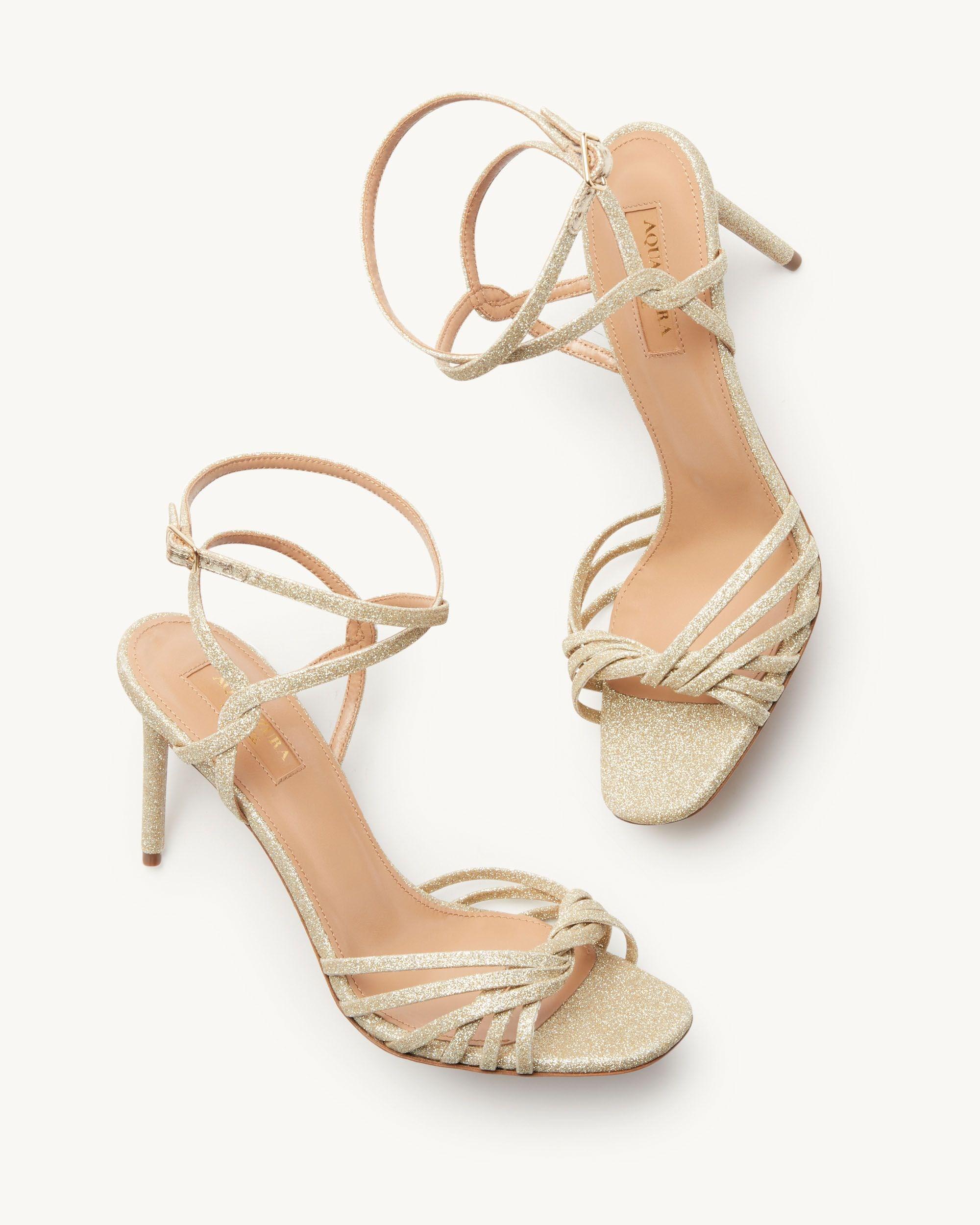 I sandali May 85 presentano un raffinato gioco di intrecci che valorizza la punta, il tallone e il cinturino alla caviglia.